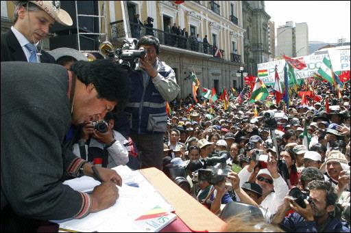 Evo Morales y Álvaro García Linera, 21 de octubre de 2008. Morales firma la convocatoria a Referendo para la aprobación de la nueva Constitución. Ese día dijo que renunciaba a un tercer mandato en aras de la unión del país