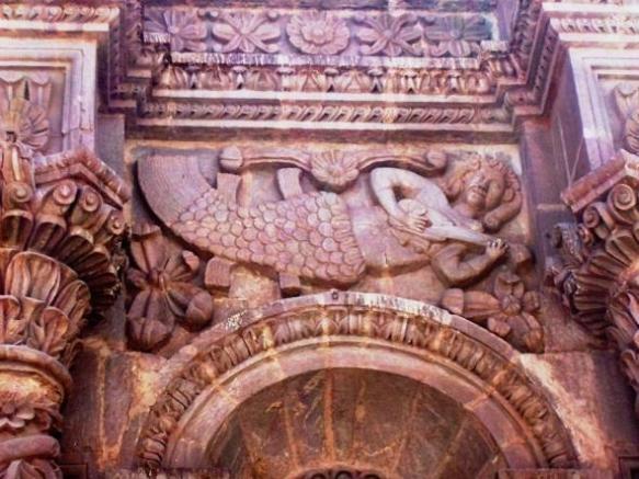 Sirena y Charango en la Catedral de Puno (perú) a orillas del Titicaca. La figura representa las deidades lacustres Qesintuu y Umantuu