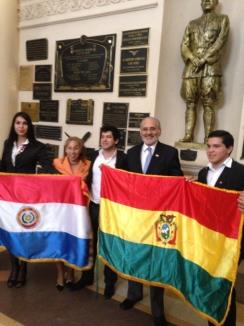 En el Panteón de los Heroes de Asunción con alumnos y profesores de la Universidad Nacional de Asunción