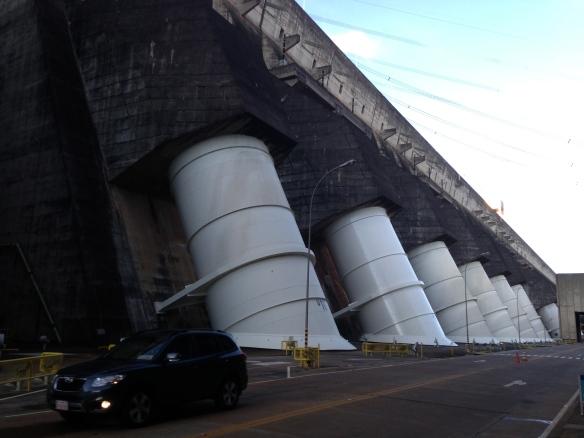 Cinco de las 20 turbinas de Itaipú, el automóvil en primer plano da una idea de la dimensión de tales instalaciones