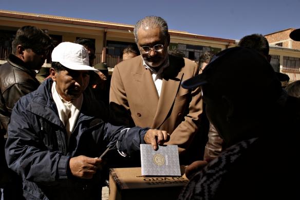 18 de julio de 2004. Referendo sobre los Hidrocarburos. Al lado de un ciudadano que deposita su voto.