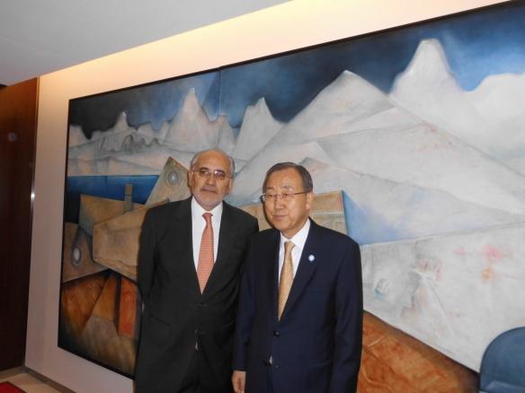 En la antesala de la oficina del Secretario General Ban Ki Moon, delante de un cuadro del gran pintor boliviano Alfredo La Placa