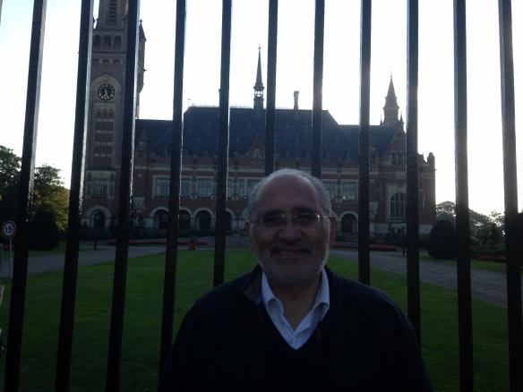 En el frontis del edificio de la Corte Internacional de Justicia de La Haya