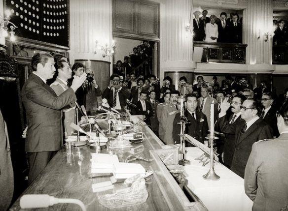 Hernán Siles jura a la presidencia ante el presidente del Senado Julio Garrett el 10 de octubre de 1982 (imagen tomada de http://boliviateamo.blogspot.com/2012/10/bolivia-30-anos-de-vida-democratica.html)
