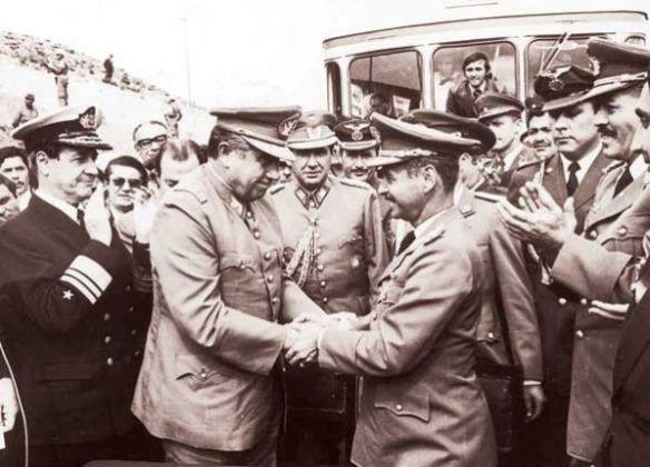 Abrazo de Charaña. Augusto Pinochet y Hugo Banzer