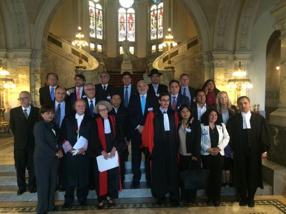 8 de mayo de 2015. La delegación de Bolivia en el salón de ingreso del Palacio de La Paz de La Haya, minutos después del último alegato boliviano ante la CIJ