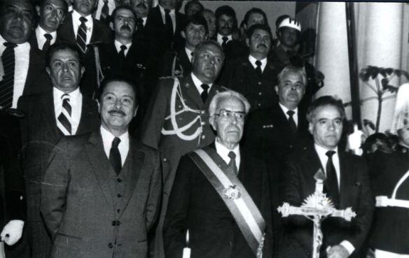 El Vicepresidente Julio Garrett, el Presidente Víctor Paz Estenssoro y el Presidente del Senado Gonzalo Sánchez de Lozada (1985)