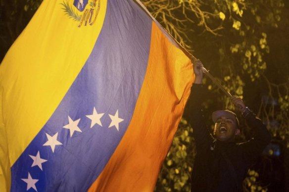 un-hombre-celebra-la-victoria-opositora-tras-las-elecciones-en-caracas-_860_573_1310474.jpg