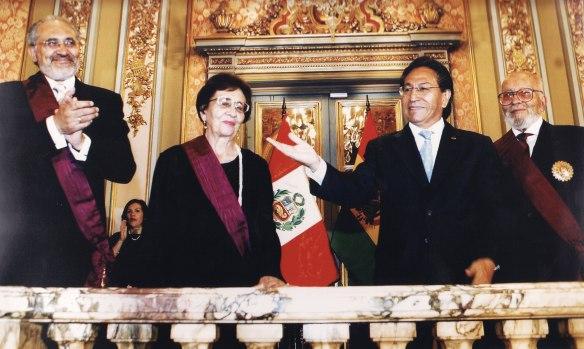 2004 t gisbert y j mesa reciben sol del perú